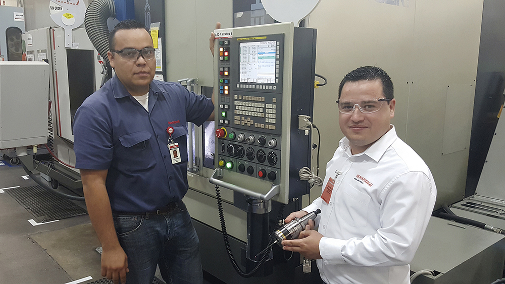Honeywell Aerospace Manufacturing Engineer, Luis Adrián Gallegos, alongside Gilberto Ochoa, Renishaw Applications Engineer